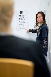 Yrityskylässä koululaiset toimivat päivän ajan erilaisissa ammateissa. Kuvassa lääkäri tekemässä työterveystarkastusta. Kuva: Yrityskylä.